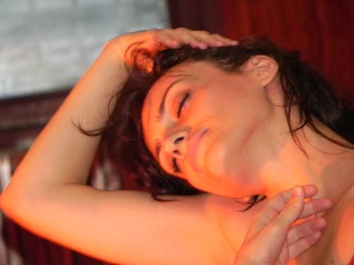 Carla Nakazima em performance  by Silvana Abreu
