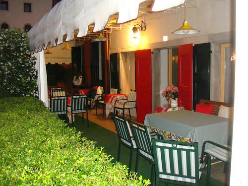 Zona de terraza del Rouge & Noir