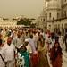 Multidao visitando o templo
