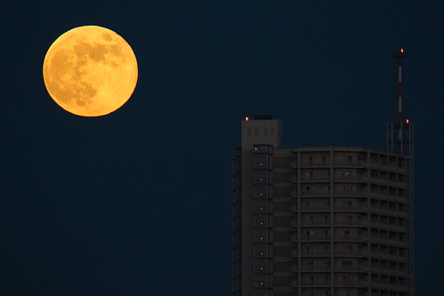 [フリー画像] 建築・建造物, 高層ビル, 月, 夜空, 日本, 201107180100
