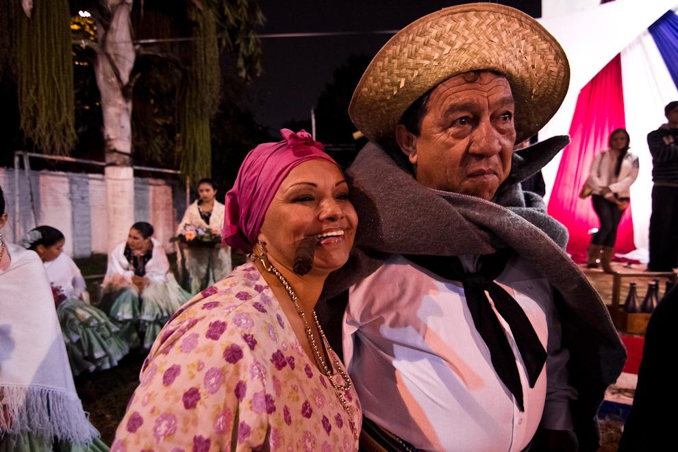 Dos populares bailarines del conocido San Juan del Club Emiliano R. Fernández se preparan para realizar su presentación una fría noche de Junio. (Tetsu Espósito)