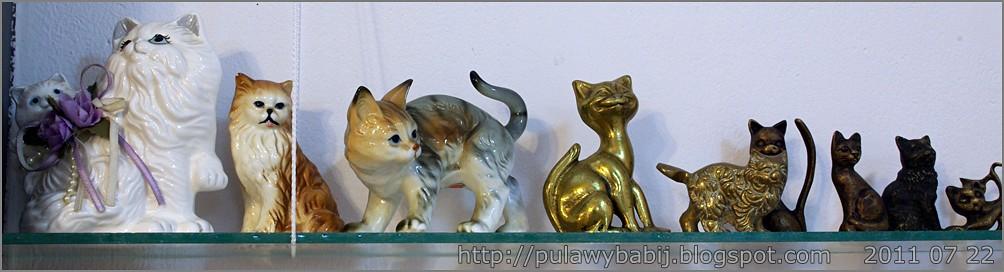 Kolekcja kocich figurek w Muzeum Ziemi Biłgorajskiej