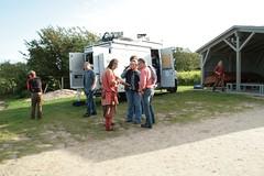 Zum Abschluss schenkte Sven (Hopp) NDR-Reporterin Anika Harnack noch eine Glasperle und dann verließ der Norddeutscher Rundfunk Haithabu. - Wikinger Museum Haithabu WHH 16-09-2011