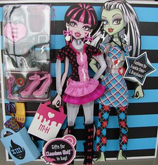 day at the maul (Laila X) Tags: fashion monster high dolls frankie clothes pack stein mattel draculaura dayatthemaul