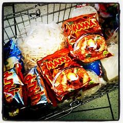 #mobi #germany #thaifood หมดนี่ มีพริกขี้หนู มาม่าสี่ห่อ ถั่วงอก ลูกชิ้นเนื้อ พริกเผาขวดจิ๋ว ผักบุ้ง หน่อไม้ดอง มะขามหวานกล่องนึง สามสิบยูโร ปะมานพันสองร้อยบาท แพงเนอะ ทำไมชาวนาชาวไร่ไทยถึงไม่รวยซักที หรือพ่อค้าคนกลางรวย?