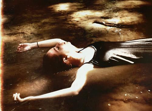 フリー写真素材, 人物, 女性, 寝転ぶ, 目を閉じる,