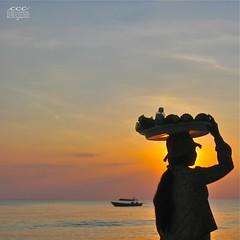 Cambodia / Silhouette d'un Vendeur de Plage au Coucher du Soleil