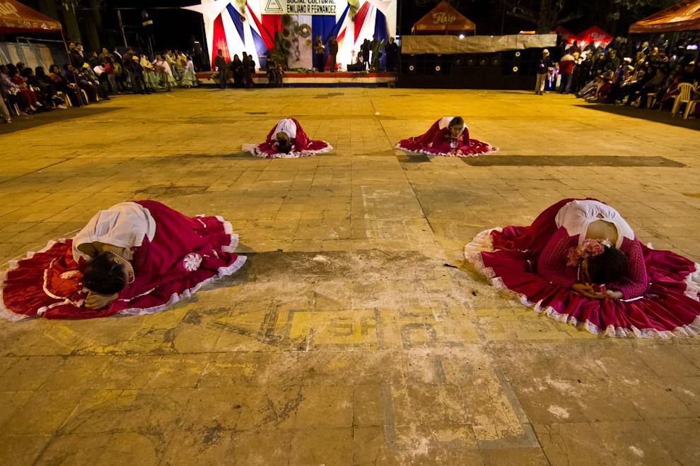 Niñas de un ballet de danza preparan su número para el público que asistió al San Juan del Club Emiliano R. Fernández. (Tetsu Espósito)