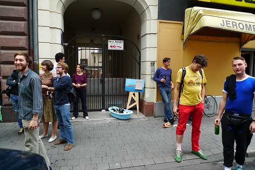 Ausstellungsbesucher auf dem Bürgersteig bei Lampione. Juli 2011