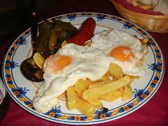 Revuelto con jamón, dos huevos fritos y patatas fritas