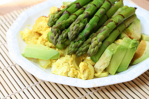 Tofu scramble with asparagus and avocado