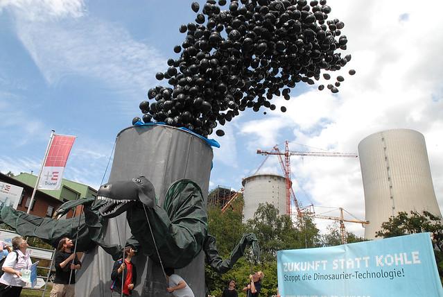 Kohlosaurus vor Kohlekraftwerk in Krefeld - Stadtwerke raus aus der Kohlekraft!