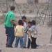 Roy conversando com os meninos que brincavam...