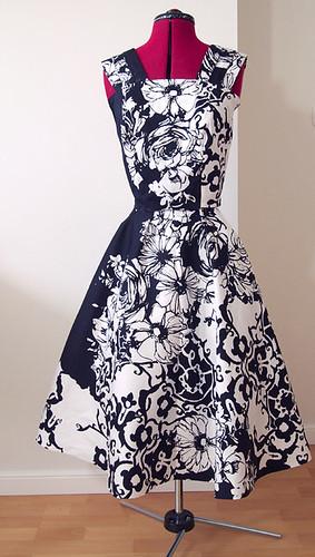 szafiarka, blog, marchewkowa, 50s style dress, 1/2 circle skirt, half circle, szycie, krawiectwo, sukienka w stylu lat pięćdziesiątych, PIEGATEX, bawełna, kwiaty, czarno-biała, diy