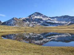 Aramn (Mirkoff) Tags: lake snow spain reflect aragon mont formigal anayet