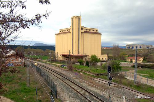 Silos de cereal junto a las vías del tren