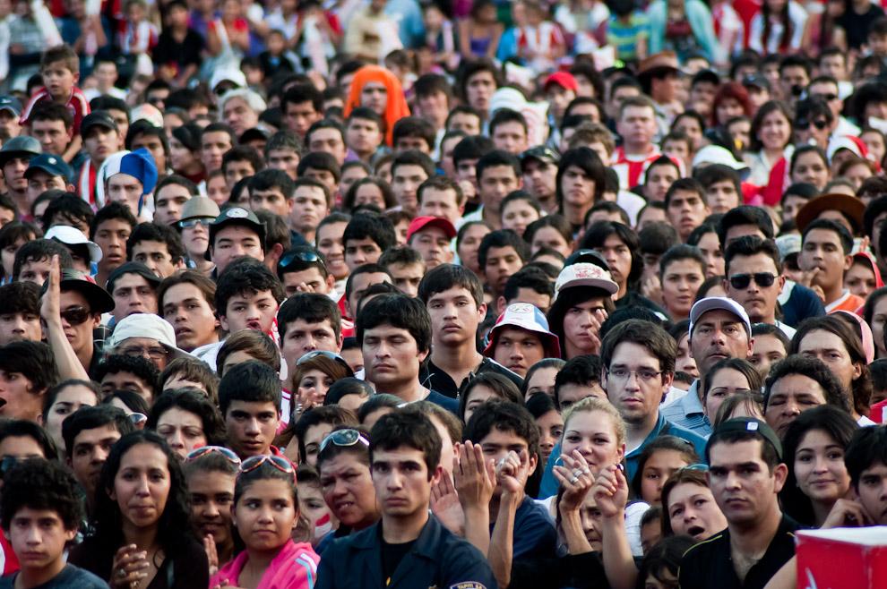 En la tarde del domingo 24 de Julio, durante el partido de Paraguay vs Uruguay, en la disputa por el campeonato de la copa América, el público se concentró en el ruedo central de la Expo, donde Coca Cola brindó un espacio para ver la final en dos pantallas grandes. (Elton Núñez)