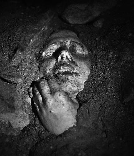 visage dans le sable :: catacombes de paris