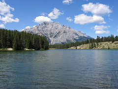 johnson lake, banff np, kanada (Pixmac_sk) Tags: mountains nature weather clouds landscapes daylight rocks seasons horizon bluesky nobody hills daytime np nationalparks voda leto kanada exteriors fores slnka stromy summits banffnp letn utdoors jazera tipofthehills slnensvit vegetcie vrcholkyhr drevozblzkaprezrieavzor prrodnsvet hladinyvody hradhora