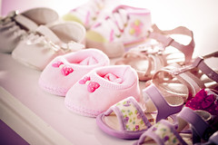 little baby shoes (Natlia Viana) Tags: love girl amor babyshoes sapatos childrenphotographer natliaviana sapatinhosdebeb fotografiadecrianas littlebabyshoes