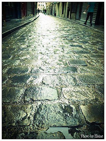 下過雨濕漉漉的石板路