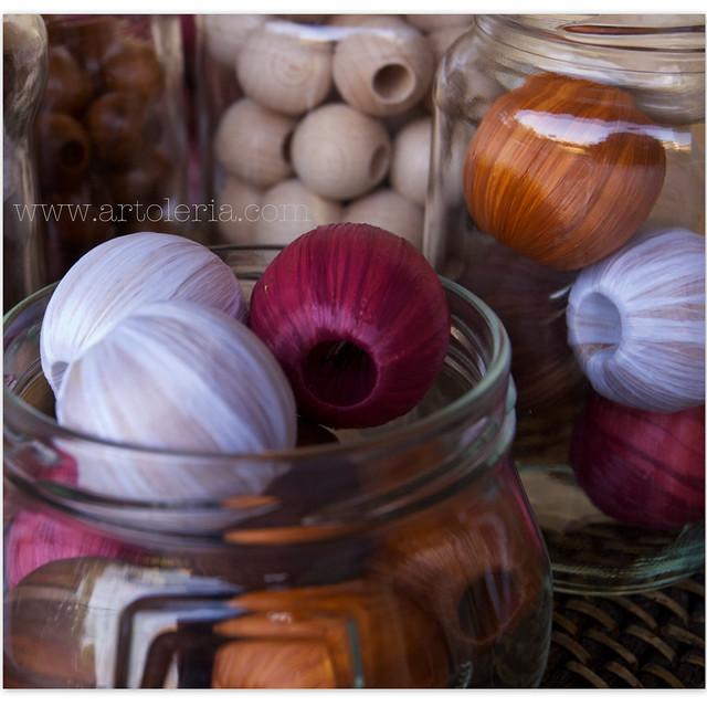 perline di legno e rafia