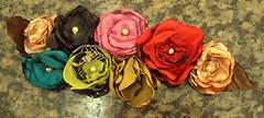 Arranjo flores de cetim (Turmalina Bijoux) Tags: flores bonecas artesanato fuxico patchwork bolsas tecido patchcolagem