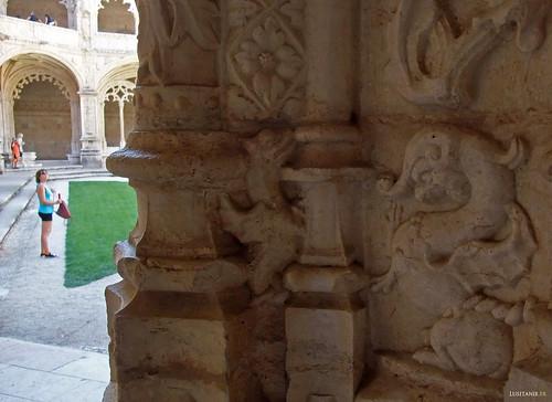 Animais fantásticos servem de decoração de pedra do mosteiro português