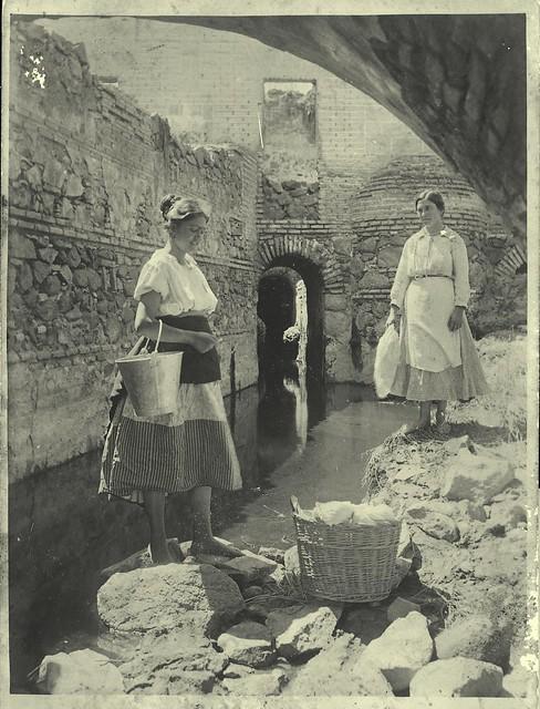 Lavanderas de lana en el Tajo a principios del siglo XX. Fotografía de D. Pedro Román Martínez. Diputación de Toledo, Centro de Estudios Juan de Mariana