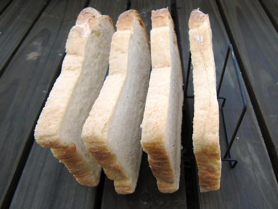 プラスマイナスゼロ トーストスタンドにパンを立ててみた