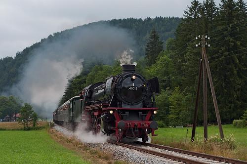 Nach einem kräftigen Regenschauer kämpft sich 41 018 an der Krugalm vorbei nach Bayrischzell