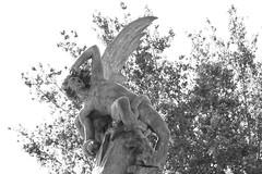 Estatua del ngel Cado en el parque del Retiro (Alvaro_Ortega) Tags: madrid parque bw espaa statue del canon eos rebel spain xs estatua retiro cado ngel 1000d