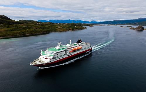 Hurtigruten i Raftsundet by Oddne Rasmussen