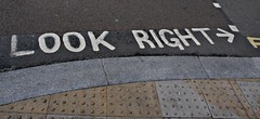 Look right! (Schwarz Rose) Tags: inglaterra england signs london clock night lights luces noche day traffic londoneye bigben dia londres reloj picadillycircus bikers trafico redbus lookright ciclistas housesoftheparliament autobusrojo