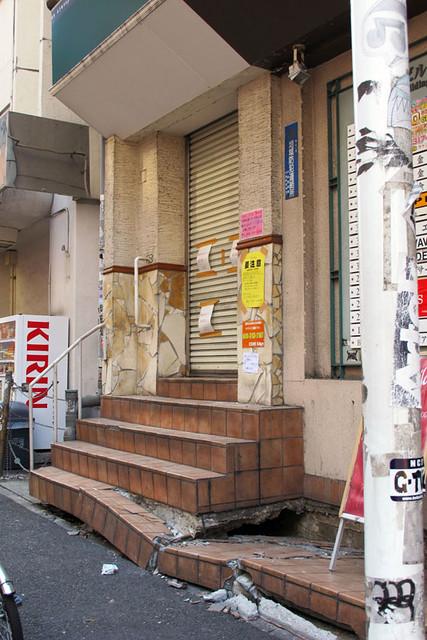 110313_150418_横浜_地震爪痕