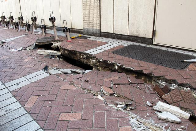 110313_150818_横浜_地震爪痕