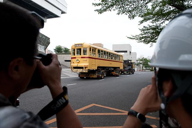 報道カメラマンと都電6086