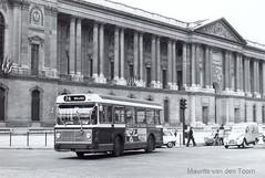 Parijs, lijn 74 iets langer geleden (Maurits van den Toorn) Tags: blackandwhite paris bus zwartwit louvre citroën autobus parijs ratp berliet stadsbus historicalbus