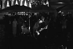 Guitariste multi instrument qui joue le soir sur la place principale de Hvar pour les touristes (Gabriel Geismar) Tags: street leica people musician music white black gabriel 35mm photography artist noir guitar strangers dessin player painter m8 split rue blanc summilux dubrovnik personnes ville hvar gens artiste peintre inconnus exterieur guitariste geismar