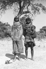 Muhuila women near Mucuma, Angola (Alfred Weidinger) Tags: leica angora m3 angola leicam3   muila muhuila  suldeangola mumuhuila mwila  muwila provinciahuila angol  anqola langola mucuma