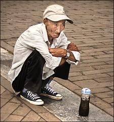 Waiting beside the tea (Inmacor) Tags: china old man tristeza waiting tea beijing solo julio lonely anciano viejo hombre cansado calor suelo té esperar ciudadprohibida 2011 ltytr2 ltytr1 ltytr3 inmacor