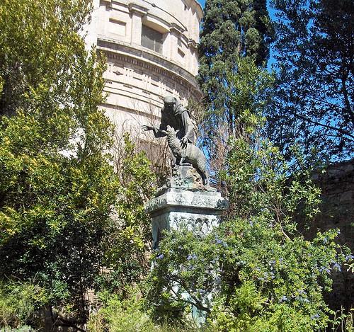 Rosaleda y estatua de bronce obra de V. Rossignoli (1916)