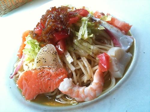 冷製パスタ。サーモン、ホタテ、エビ、タコの魚介類に夏野菜が入っていてサッパリいただけます。