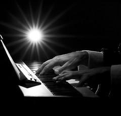 Pianista (jojofotografia) Tags: bw white black nikon italia d piano bn iso 1600 note e musica evento 700 festa itali bianco nero luce palio lampada tasti tastiera pavia manifestazione pianoforte contrasto suono pianista strumento attimo strumentomusicale cattura d700 nikond700 palio2011 pianla