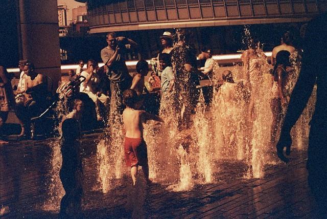 Nens jugant amb l'aigua