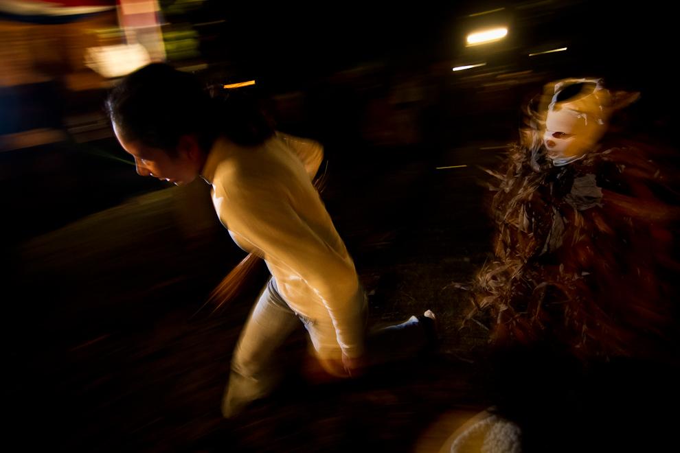 Un niño vestido de Guaicurú persigue a una mujer en el tradicional festival del Kamba Ra´anga, una mezcla de rituales indígenas y tradiciones religiosas que se viene realizando todos los años en la ciudad de Altos. (Tetsu Espósito)