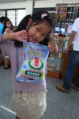20110701-yoyo拿小包裝的米-1