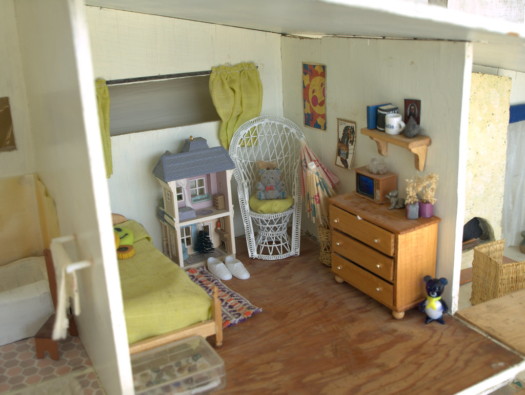 70's style doll house, girl's room