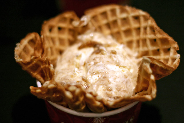 Apple Pie A La Cold Stone®  (French Vanilla Ice Cream, Cinnamon, Graham Cracker Pie Crust, Apple Pie Filling & Caramel)