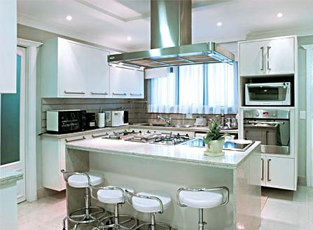 cozinha com piso de granito branco siena